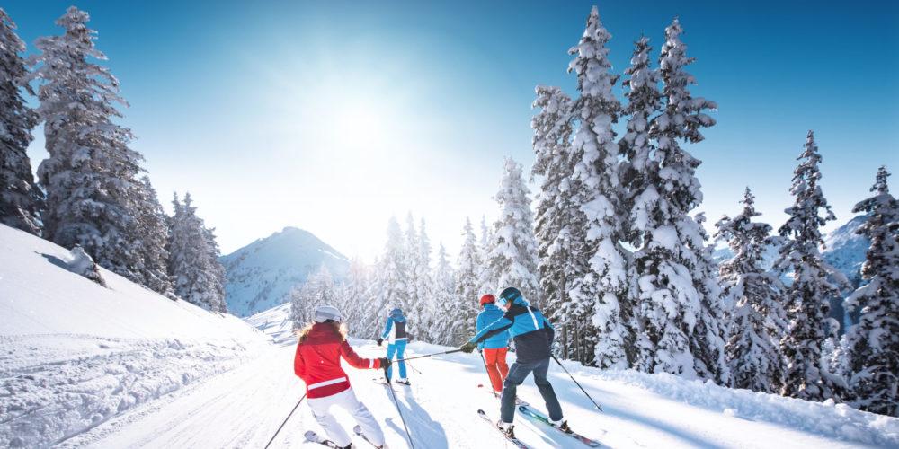 Skifahren mit Freunden im Schnee in Ski amadé