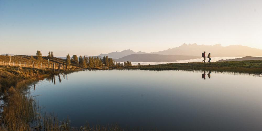 Wandern an einem Bergsee in Altenmarkt-Zauchensee in der Salzburger Sportwelt